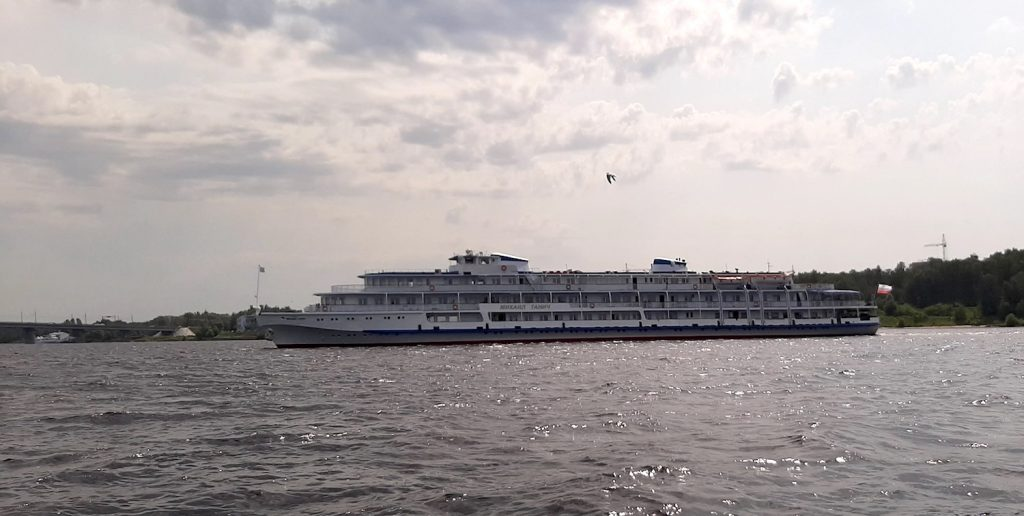 Теплоход Михаил Танич.  Michail Tanich cruise ship near Kostroma city.